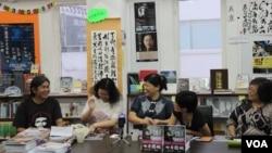'長毛'梁國雄(左一)6月29日下午出席有關 2003年七一大遊行的新書發佈會(美國之音海彥拍攝)