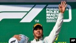 Lewis Hamilton célèbre sa victoire sur le Gand Prix de Formule 1, Hongrie, le 4 août 2019. (Zsolt Czegledi/MTI via AP)