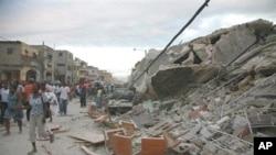 海地人走过太子港的废墟
