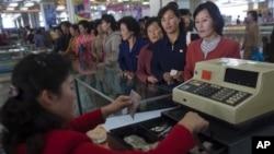 지난 2011년 10월 북한 주민들이 평양의 백화점에서 물건을 구매하기 위해 줄을 서 있다. (자료사진)