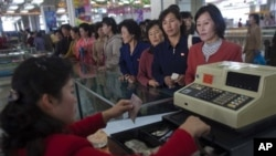 북한 평양의 백화점에서 북한 주민들이 물건을 구매하기 위해 줄을 서 있다. (자료사진)