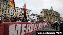 Des militants de l'extrême droite marchent lors d'une manifestation contre le gouvernement en face de la porte de Brandenburg à Berlin, Allemagne, le 12 mars 2016.