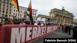 Berlin'de hükümetin göç politikalarını eleştiren aşırı sağcı göstericiler