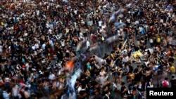 香港人聚集在香港政府总部外面,堵塞了香港金融区的大街