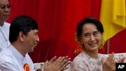 Pemimpin oposisi Myanmar Aung San Suu Kyi, kanan, dan activis pro demokrasi Min Ko Naing.