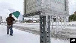 La tormenta de hielo ha dejado a millones de personas sin electricidad y se han cancelado más de 1.000 vuelos al norte de Texas. Alerta se extiende hasta el viernes por la noche.