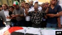 Người Palestine cầu nguyện trước thi thể của ông Saed Dawabsheh, tại tang lễ của ông ở làng Duma, 8/8/2015.