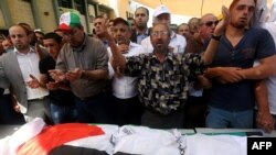 巴勒斯坦人在萨伊德·达瓦布萨的遗体前祈祷(2015年8月8日)