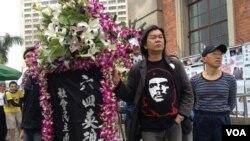 香港社民連主席梁國雄參與支聯會「清明節獻花」活動,悼念中國民運死難者