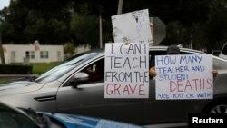 Guru-guru di Florida berunjuk rasa menentang rencana pembukaan kembali sekolah-sekolah, di kantor Pasco County School, di Land O' Lakes, Florida, 21 Juli 2020 (Foto: Reuters)