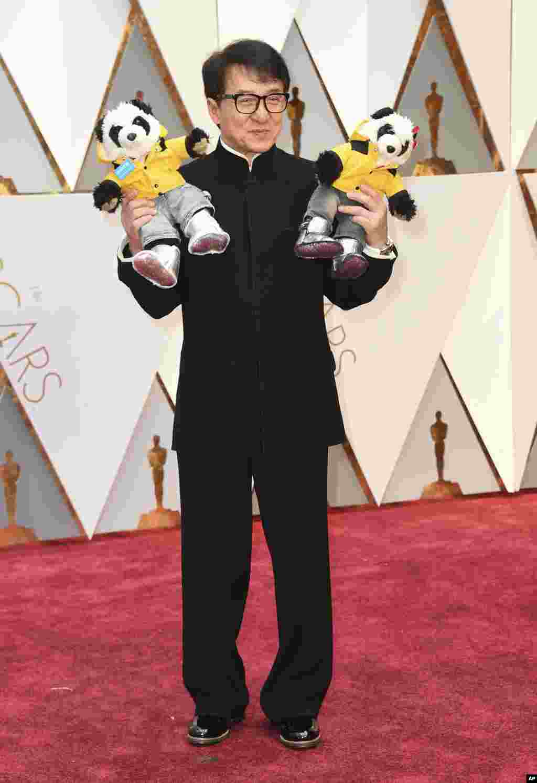 """Джеки Чанна красной дорожке у театра """"Долби"""" в Лос-Анджелесе. 89-я церемония награждения """"Оскар"""", 26 февраля 2017 года."""