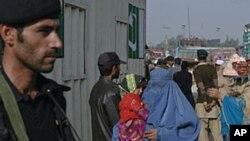 شاوخوا پنځوس زره افغانان هره ورځ د طورخم او چمن له لارې پاکستان ته اوړي