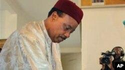 Le président Mahamadou Issoufou dans un bureau de vote lors des élections au Niger. (Ph. archives).