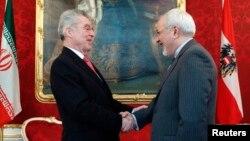 18일 오스트리아 빈에서 재개되는 핵 협상을 앞두고, 하인츠 피셔 오스트리아 대통령(왼쪽)이 알리 아크바르 살레히 이란 외무장관과 면담했다.