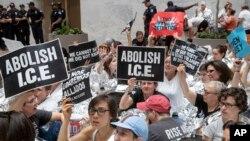 Stotine aktivista protestuju zbog pristupa Trumpove administracije porodicama koji ilegalno prelaze meksičko-američku granicu.