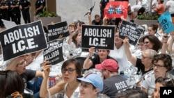 """2018年6月28日,数百人在美国参议院哈特办公楼内抗议示威,有些人举着标语""""废除移民和海关执法局""""。"""