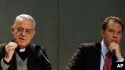 El portavo del Vaticano, Rev. Federico Lombardi, ya tiene un segundo en las comunicaciones de la Santa Sede en Greg Burgke (derecha).