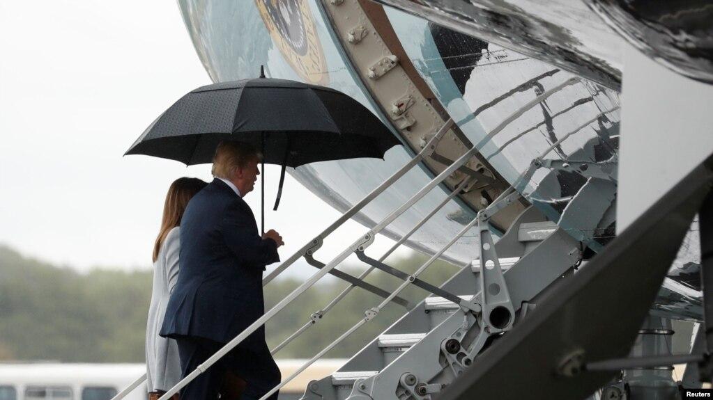 美國總統川普及夫人2018年7月15日登機離開英國普雷斯蒂克