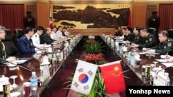 정승조 한국 합참의장(왼쪽 네번째)과 팡펑후(오른쪽 세번째)이 중국군 총참모장은 4일 베이징 '8·1청사'에서 한·중 군사회담을 하고 양국의 군사분야 협력 강화 방안을 논의했다.