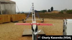 Le drone, livreur des poches de sang au Rwanda, le 9 août 2017. (VOA/ Charly Kasereka)