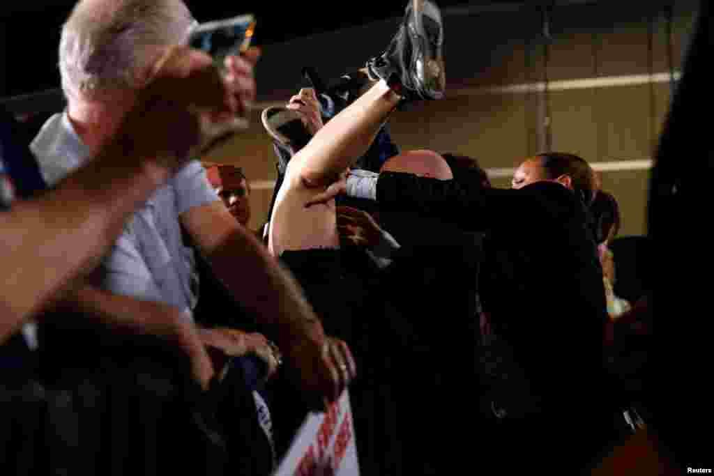 در حاشیه یک سخنرانی هیلاری کلینتون، مامور امنیتی یک فعال مدافع حقوق بشر را اینطور وارونه کرده است!
