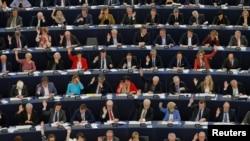 Les membres du Parlement européen prennent part à une session de vote à Strasbourg, en France, le 12 Avril 2016. (REUTERS/Vincent Kessler)