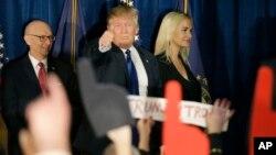 Donald Trump responde a las muestras de apoyo de sus seguidores, tras el triunfo en New Hampshire.