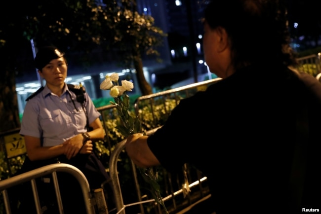 2019年6月11日香港一名示威者在抗议期间向一名警察献花,示威群众要求当局废除拟议中的引渡到中国的法案