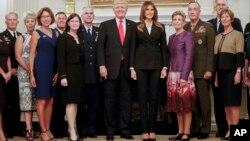 Президент і перша леді з військовими лідерами США