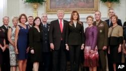 美國總統川普與第一夫人梅拉尼婭在白宮的內閣廳與美國高級軍方領導人及其配偶一起拍照