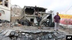 Người dân đứng cạnh ngôi nhà bị thiệt hại bởi vụ đánh bom xe ở thành phố cảng miền nam Aden, Yemen. (Ảnh tư liệu ngày 28/1/2016)