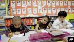 美国得克萨斯州一所小学英语-西班牙语双语系统下的学前班孩子。(资料照)