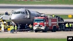 Поврежденный самолет Sukhoi SSJ100 в аэропорту Шереметьево. Москва, 6 мая 2019