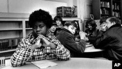 Linda Brown Smith, sentada a la par, pero separada, de sus compañeros de escuela blancos en esta foto tomada en fecha y lugar desconocidos.