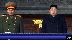 지난해 12월 김정일 전 국방위원장 장례식에서 김정은 제1위원장(오른쪽)의 옆에 섰던 리영호 총참모장.