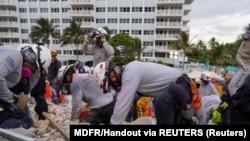 搜救隊員6月29日在佛羅里達瑟夫塞德(Surfside)一座部分坍塌的公寓樓現場搜尋。 (路透社照片)