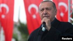 Presiden Turki Recep Tayyip Erdogan berbicara di depan pendukungnya di Istanbul, Minggu (21/10).
