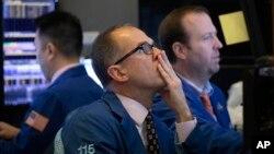 交易員於2020年1月2日星期四在紐約證券交易所監控股價。由於美中貿易協定以及中國政府對經濟發展的促進全球股票週四上漲。