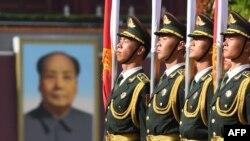 天安门广场的国旗护卫队员(2018年6月7日资料照片)