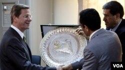 Menlu Jerman Guido Westerwelle (kiri) berjabat tangan dengan wakil ketua pemberontak Libya, Abdel Hafiz Ghoga, di Benghazi (13/6)