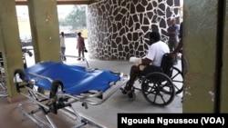 Arrivée d'un malade plâtré aux urgences du CHU où tous les brancards sont retournés, à Brazzaville, le 3 août 2017. (VOA/Ngouela Ngoussou)