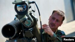 Bir Alman askeri Irak'taki Peşmergelere gönderilen Milan tanksavar roketini tanıtırken