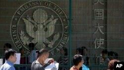 Ciudadanos en Beijing hacen fila afuera de la Embajada de EE.UU. para solicitar visa. Foto del 26 de julio de 2018.