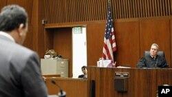 Le juge Michael Pastor écoutant Me Brian Panish, représentant de la famille jackson