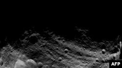 Астероид Веста. Слева на снимке – три кратера в форме «снеговика»