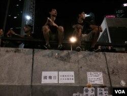 佔領中環金鐘集會現場,有示威者貼上諷刺中國國慶日的標語。(美國之音湯惠芸攝)