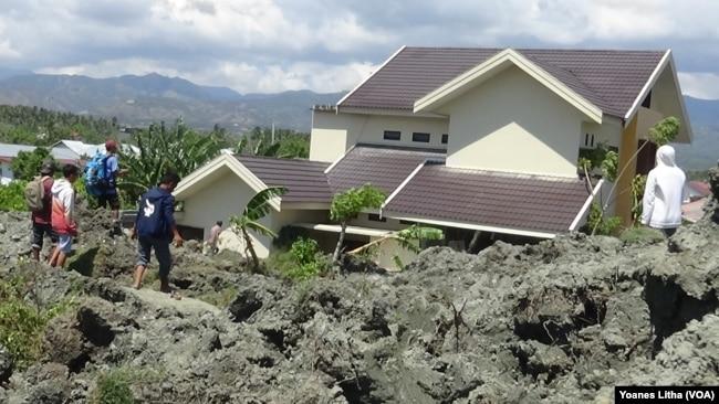 Ratusan rumah di Petobo, Palu Selatan, terendam lumpur akibat fenomena likuifaksi (VOA/Yoanes).