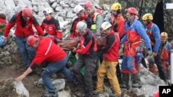 지난 19일 독일의 오스트리아 접경 산악지대에서 구조대가 부상당한 채 동굴속에 조난당한 탐험가 요한 베스트하우저 씨를 동굴 밖으로 끌어내고 있다.