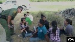 Američki graničar sa uhvaćenom djecom, ilegalnim usljenicima