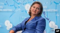 ລັດຖະມົນຕີ ຊ່ວຍວ່າການ ກະຊວງການຕ່າງປະເທດ ສະຫະລັດ ທ່ານນາງ Victoria Nuland ຮັກສາການ ຝ່າຍຢູໂຣບ ແລະ ເອເຊຍ, ເຂົ້າຮ່ວມການປຶກສາຫາລື ເລື້ອງ ຢູເຄຣນ ແລະ ການທ້າທາຍອື່ນໆ ໃນໂລກ ທີ່ຈັດຂຶ້ນໂດຍ Yalta European Strategy ໃນນະຄອນຫຼວງ Kiev ຂອງຢູເຄຣນ, ວັນທີ 12 ກັນຍາ 2015.